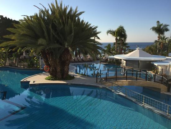 Mediterranean Beach Hotel: Vues intérieur et extérieur de l'hôtel