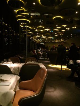 Vue du restaurant et du bar au centre picture of le ciel de paris paris - Restaurant ciel de paris 56eme etage ...