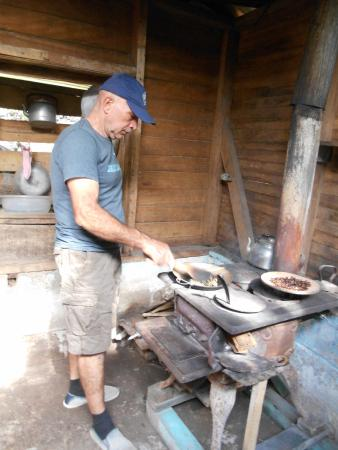 Coffee Tour El Cafetal: The grower was kind and hardworking, showed us how to roast our own coffee beans!