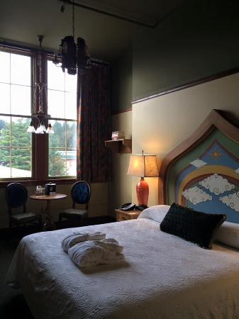 Bothell, WA: Vaulted Ceilings,  Big Windlow, Comfy Bed