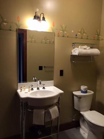 Bothell, WA: Spacious bathroom.