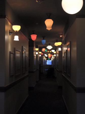 Bothell, WA: Quirky lighting in the hotel hallways... Fun pictures on the walls...