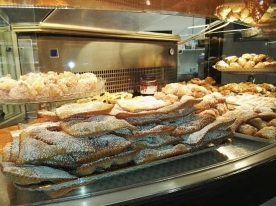 Pergine Valdarno, İtalya: I dolci di carnevale...