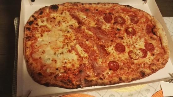 Primopiano Pizzeria Ristorante Botticino : pizza famiglia:salame piccante,speck brie,4 formaggi