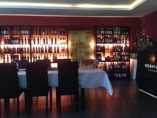 Mechernich, Alemania: in der schön gestalteten vinothek des restaurants gibes ca. 200 verschiedene weine in