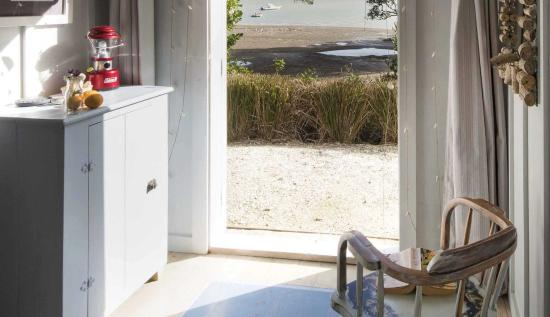 Kerikeri, Nya Zeeland: Wake up to the ocean at The Beach Huts at Driftwood Seaside Escapes (sleeps up to 4)