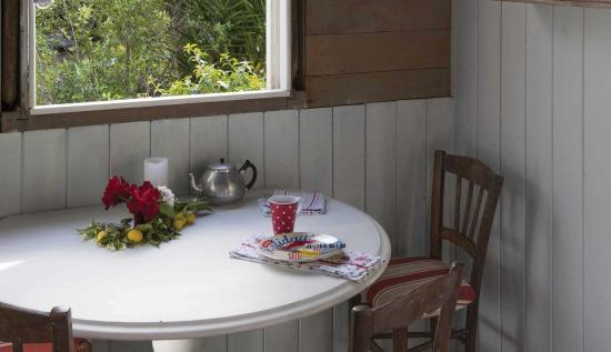 Kerikeri, Nya Zeeland: Beach chic style at The Beach Huts at Driftwood Seaside Escapes (sleeps up to 4)