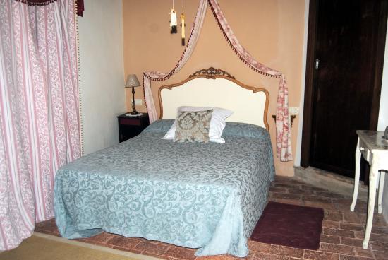 Hotel Boutique Condes Fucares: habitacion de lindos colores y de cama buena-como tiene que ser despues de hacer rutas de 12 hor