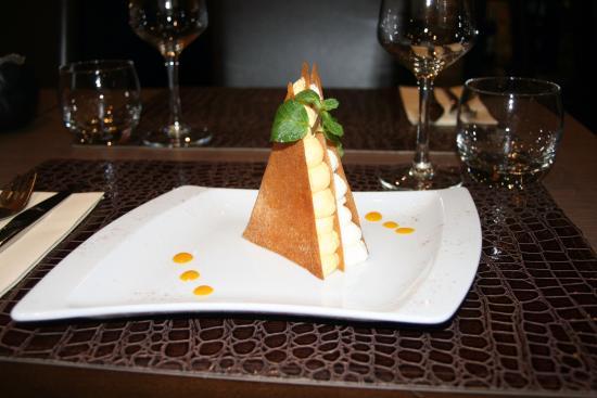 Trets, Frankrike: Pyramide au duo de mousses mangue / chocolat blanc
