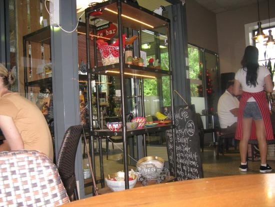 Berry, Austrália: Just a casual photograph clicked whilst in the cafe...there were nice homely items on display...