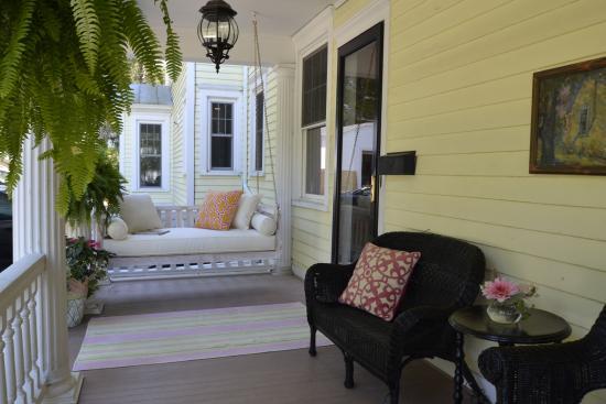 Skaneateles, estado de Nueva York: Porch swing for relaxing
