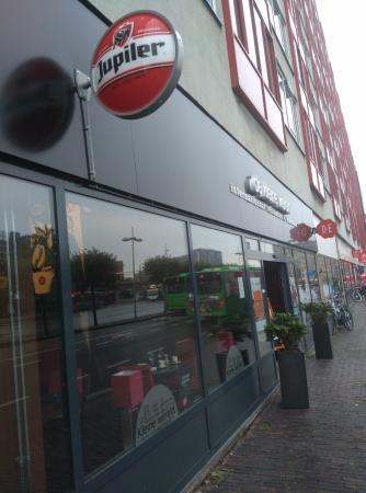 Ibis Leiden Centre: В одном здании с отелем - несколько магазинов и кафе.