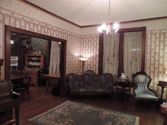 Whispering Pines Bed and Breakfast: Living room