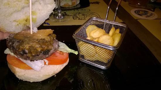 """Lastra a Signa, İtalya: """"Inferno dell'otium"""", un panino fantastico con hamburger di cinghiale, tartufo e funghi porcini,"""