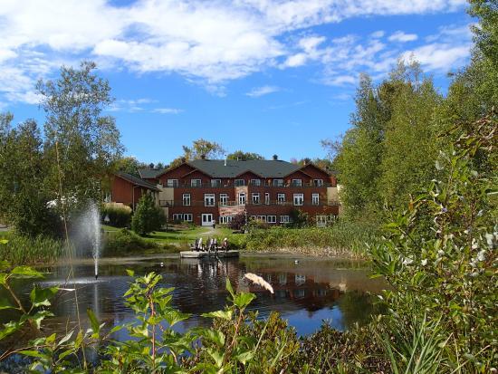 Eastman, Canadá: Etang et site hôtelier (Le bâtiment principal comprend de belles chambres spacieuses et modernes