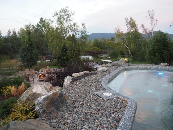 Eastman, Canadá: Bassin d'eau chaude, salon extérieur autour du feu et, au fond, l'étang.