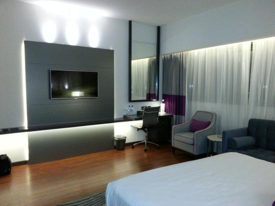 Flora Grand Hotel: King bedroom