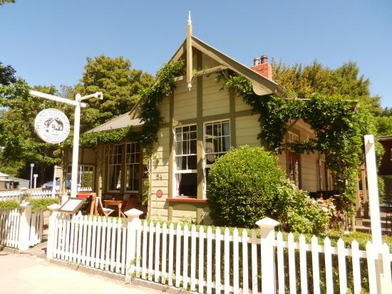 Arrowtown, Nowa Zelandia: Most of the tables are inside, but there are a couple on the verandah just to the right of the s