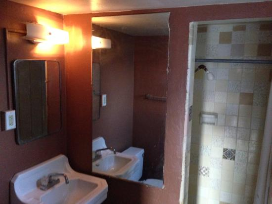 Westerner Motel: The kind of bathroom you are afraid to undress in!