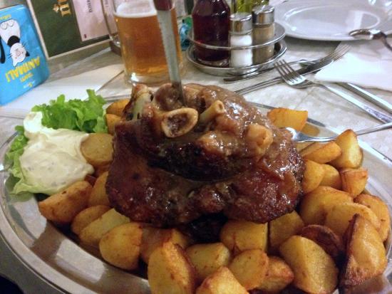 Kozina, سلوفينيا: Stinco di maiale con le patate.