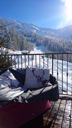 Sainte-Foy-Tarentaise, Frankrike: Sun deck with pink sofa