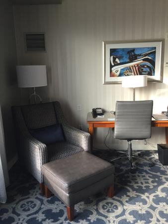 Loews New Orleans Hotel: Desk and chair with ottoman