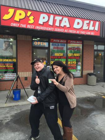 Bowmanville, Canada: JP makes delicious pitas... Mmmm his chicken is finger licken and what a massive portion ! We wi