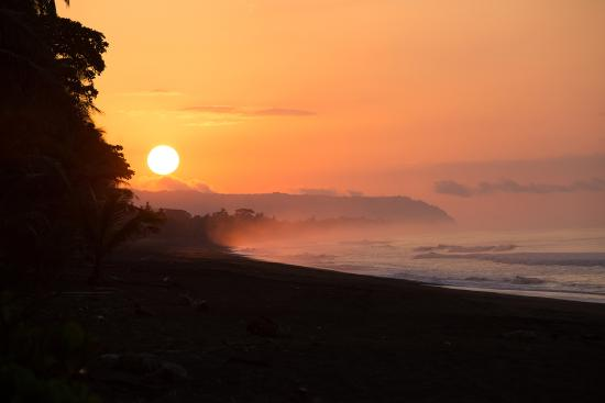 Carate, Costa Rica: Sunrise on the beach in front of lookout inn