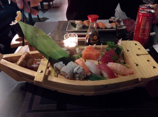Villorba, Włochy: La Barca, contenente: 4 Uramaki, 9 Sashimi, 4 Nighiri, 4 Hosomaki e 2 Futomaki fritti.