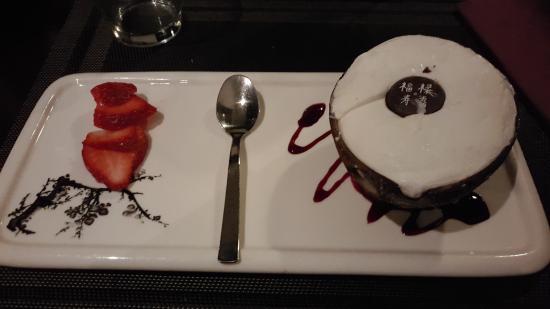 Villorba, Włochy: Cocco ripieno. Molto buono, decorato con un medaglione di cioccolato con dei Kanji giapponesi.