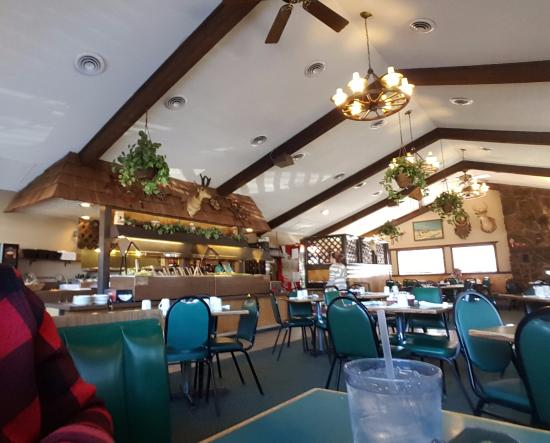 Linn Creek, MO: Inside of the restaurant, vaulted ceilings, well kept and clean