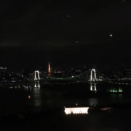 Grand Nikko Tokyo Daiba: Beautiful view of rainbow bridge and Tokyo tower on the 30th storey of the hotel. Lovely service