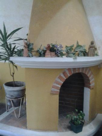 Posada Don Valentino: A lovely chimney in a sitting area of the hotel