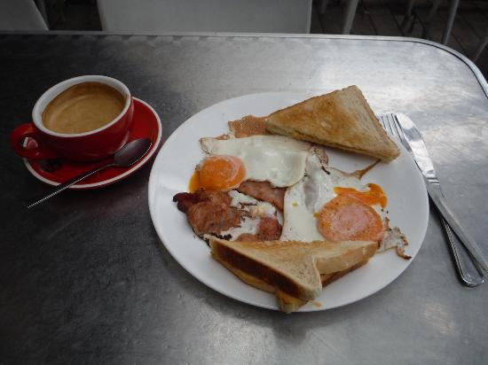 G'Day Cafe: Bacon and eggs breakfast with cappucino... Fantastic!
