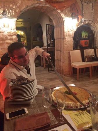 Le Osmalliyeh que je coupe au sabre comme la tradition libanaise le veux pour un anniversaire.