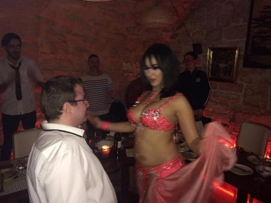 Avec la danseuse au mileu du repas (22h30 à 23h00)