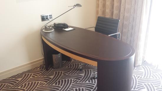 Hyatt Hotel Canberra: Room desk