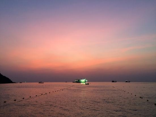Provincie Rayong, Thailand: Sunset at Ao Prao Beach