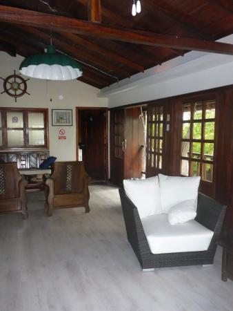 The Wooden House Lodge: Sitting room outside our hotel room