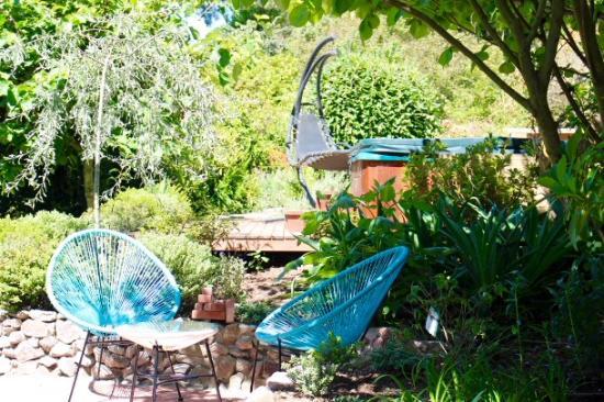 Kauri Point: Garden and hot tub