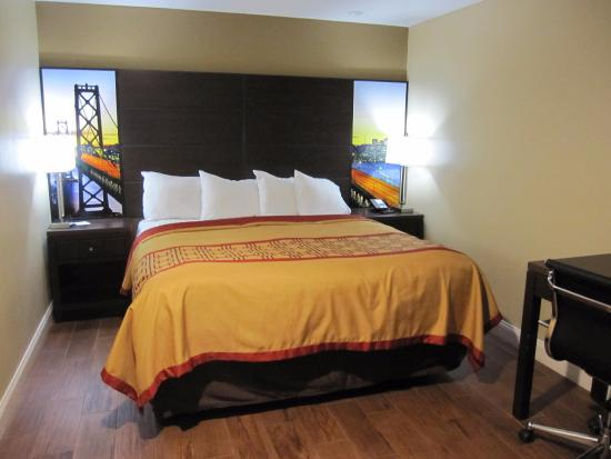 king bed small computer table to the right small room picture rh tripadvisor com