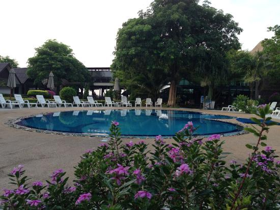 Phi Phi Andaman Legacy: Swimming pool next to a breakfast area, middle of all buidlings.