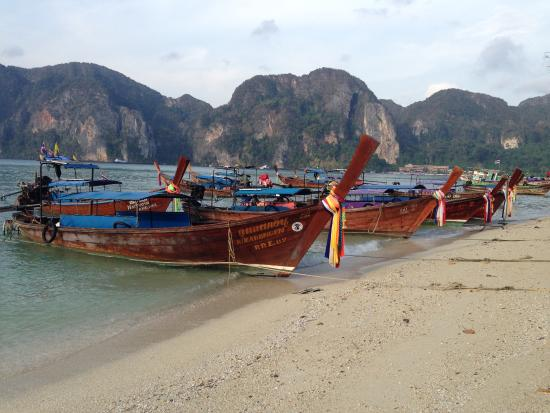 Phi Phi Andaman Legacy: Beach (toward a tonsai pier)