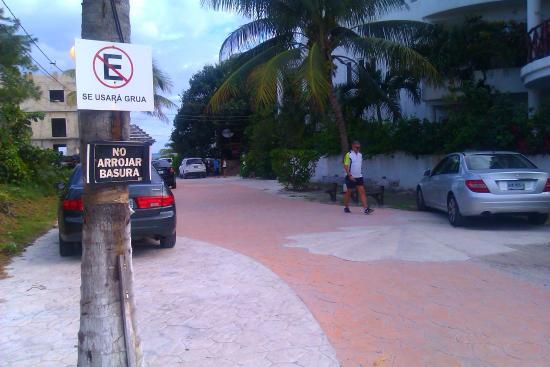 Amar Inn B&B: lane to amar inn off main drag puerto morelos direction sea