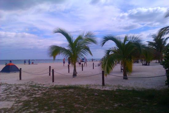 Amar Inn B&B: beach in front of amar inn b and b puerto morleos
