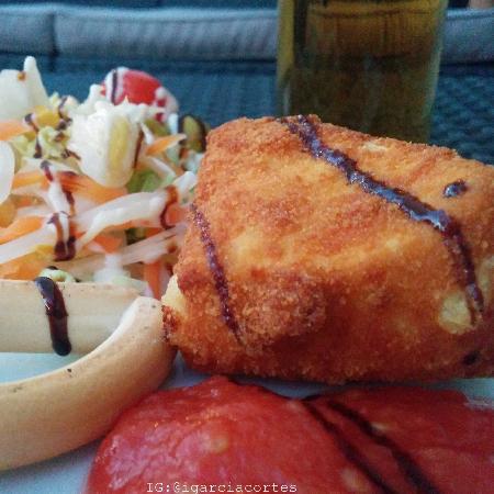 Albolote, Spanien: Tapa de queso camembert Frito con la cerveza (2,20 €)