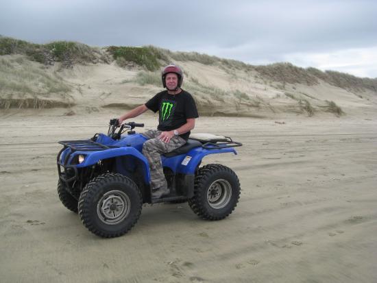 Ahipara Adventure Centre: Quad biking on 90 mile beach.