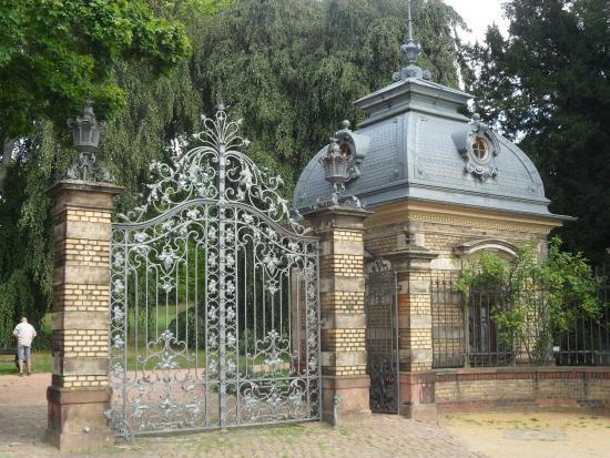 "Park Rosenhöhe: ""Porter's lodge"" and gates."