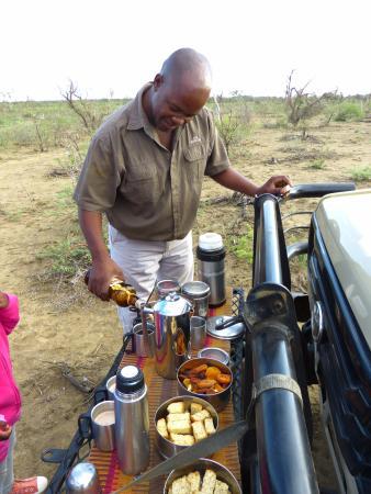 Rhulani Safari Lodge: Patrick beim Zubereiten des Morgenkaffees waren des Game Drive...