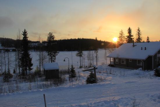 Hiihtokeskus Ukkohalla: Вид на озеро и закат